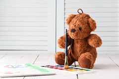 Dzieciaka remisu uczenie, miś pluszowy z farbami Fotografia Royalty Free