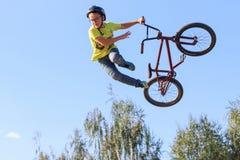 Dzieciaka rowerzysta w żółtej koszula Zdjęcia Royalty Free