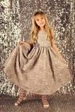 Dzieciaka ` s moda Mała dziewczynka w modnej sukni, bal Moda model na srebnym tle, piękno Patrzeje, fryzjer Fotografia Stock