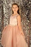 Dzieciaka ` s moda Moda model na srebnym tle, piękno moda model mała dziewczyna Zdjęcia Royalty Free