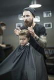 Dzieciaka ` s włosiany tytułowanie w zakładzie fryzjerskim Obrazy Royalty Free