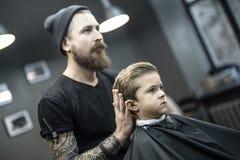 Dzieciaka ` s włosiany tytułowanie w zakładzie fryzjerskim Zdjęcia Royalty Free