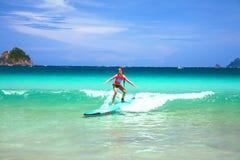 Dzieciaka surfing Zdjęcie Royalty Free