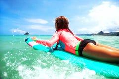 Dzieciaka surfing Fotografia Royalty Free