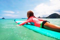 Dzieciaka surfing Obrazy Royalty Free