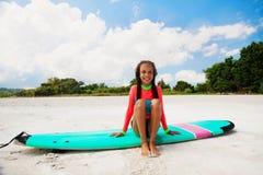 Dzieciaka surfing Zdjęcia Royalty Free