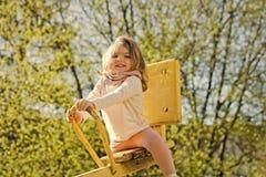Dzieciaka uśmiech na teeter totter plenerowym zdjęcie stock