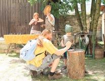 Dzieciaka ubijanie gwoździe zdjęcie royalty free