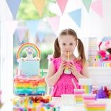 dzieciaka urodzinowy przyjęcie Mała dziewczynka z tortem Zdjęcia Royalty Free
