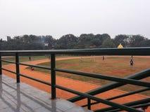 Dzieciaki ćwiczą piłkę nożną podczas popołudnia i biegającą obrazy stock