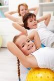 Dzieciaki ćwiczy z ich matką Obrazy Royalty Free