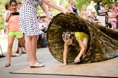 Dzieciaki bawić się co jest szybcy przez długiej torby zdjęcia royalty free
