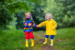 dzieciaki bawić się deszcz Obrazy Stock