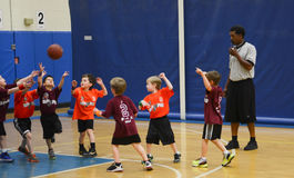 Dzieciaki bawić się koszykówki dopasowanie Obrazy Royalty Free