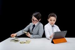Dzieciaki bawić się ludzi biznesu z pieniądze i laptopem Zdjęcie Stock