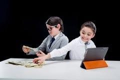 Dzieciaki bawić się ludzi biznesu z pieniądze i pastylką Zdjęcia Royalty Free