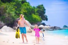 Dzieciaki bawić się na plaży Obraz Stock