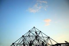Dzieciaki bawić się na wspinaczkowym wyposażeniu, boisko Obrazy Royalty Free