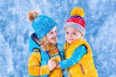 Dzieciaki bawić się outdoors w zimie Zdjęcia Royalty Free