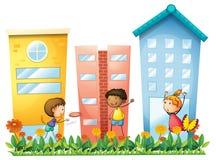 Dzieciaki bawić się przed wysokimi budynkami ilustracja wektor