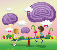 Dzieciaki bawić się przy parkiem z gigantycznymi cukierkami Zdjęcia Stock