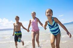 Dzieciaki bawić się przy Plażą Zdjęcia Royalty Free