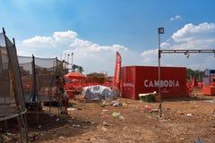 Dzieciaki bawić się przy trampoline przy muzycznym scena terenem po Kambodża piwnego wydarzenia bawją się Obrazy Stock