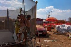 Dzieciaki bawić się przy trampoline przy muzycznym scena terenem po Kambodża piwnego wydarzenia bawją się Fotografia Stock
