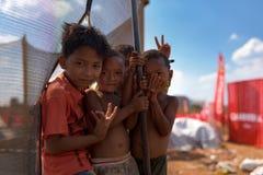 Dzieciaki bawić się przy trampoline przy muzycznym scena terenem po Kambodża piwnego wydarzenia bawją się Obraz Stock