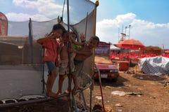 Dzieciaki bawić się przy trampoline przy muzycznym scena terenem po Kambodża piwnego wydarzenia bawją się Zdjęcie Stock
