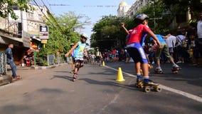 Dzieciaki bawić się rolkowego łyżwiarstwa handball materiał filmowego, film klamerka zbiory
