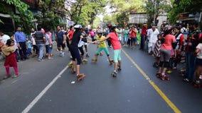Dzieciaki bawić się rolkowego łyżwiarstwa handball materiał filmowego, film klamerka zbiory wideo