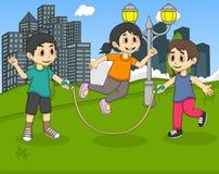 Dzieciaki bawić się skok arkanę przy parkową kreskówką Obraz Stock