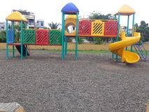 Dzieciaki bawić się strefę w ogródzie zdjęcia royalty free