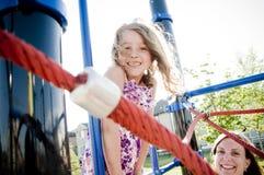 Dzieciaki bawić się w boisku z mamą Obrazy Stock