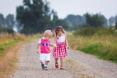 Dzieciaki bawić się w ciepłym lato deszczu Zdjęcia Royalty Free