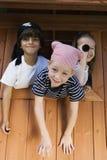 Dzieciaki Bawić się W domek do zabaw zdjęcia royalty free