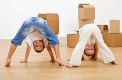 Dzieciaki bawić się w ich nowym domu Zdjęcia Stock