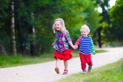 Dzieciaki bawić się w jesień parku Zdjęcia Royalty Free