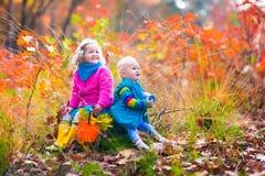 Dzieciaki bawić się w jesień parku Zdjęcie Stock