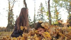 Dzieciaki bawić się w jesień parku zbiory wideo