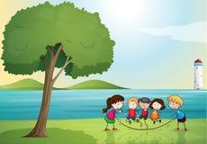Dzieciaki bawić się w naturze Fotografia Stock