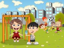 Dzieciaki bawić się w parkowej kreskówce Obraz Stock
