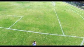 Dzieciaki bawić się w szkolnym boisku zdjęcie wideo