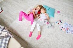 Dzieciaki Bawić się z Cyfrowej pastylką w domu Obraz Royalty Free