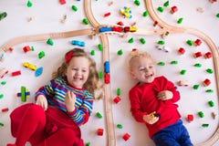 Dzieciaki bawić się z drewnianym pociągu setem Zdjęcia Royalty Free