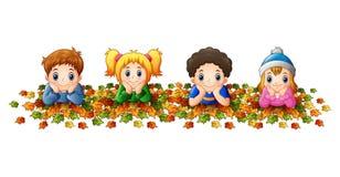 Dzieciaki bawić się z jesień liśćmi Fotografia Royalty Free
