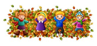 Dzieciaki bawić się z jesień liśćmi Zdjęcie Royalty Free