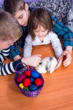 Dzieciaki bawić się z królikiem na wielkanocy obrazy royalty free