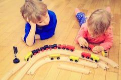 Dzieciaki bawić się z linią kolejową, uczenie i daycare, fotografia stock